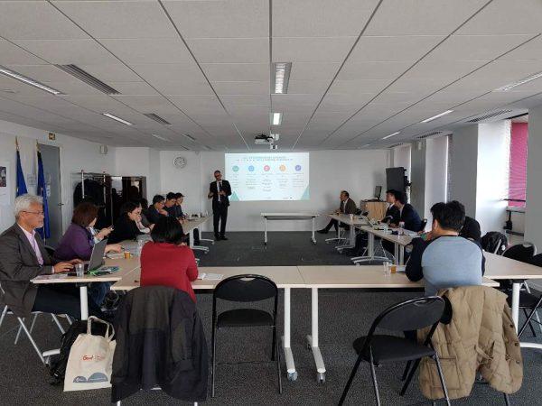 악티브 기관 설명을 듣고 있는 서울시 전략기획연수단